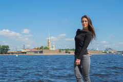El turista de la muchacha camina a lo largo del terraplén del río de Neva en el St Imagen de archivo
