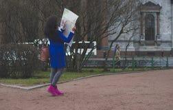 El turista de la muchacha con el mapa Fotografía de archivo