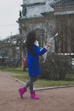El turista de la muchacha con el mapa Foto de archivo libre de regalías