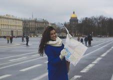 El turista de la muchacha con el mapa Imágenes de archivo libres de regalías