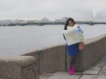 El turista de la muchacha con el mapa Imagen de archivo