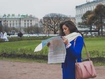 El turista de la muchacha con el mapa Imagen de archivo libre de regalías