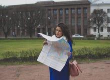 El turista de la muchacha con el mapa Fotos de archivo libres de regalías