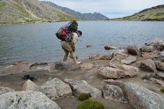 El turista de la muchacha deja huellas en la arena en la orilla de un al Imágenes de archivo libres de regalías