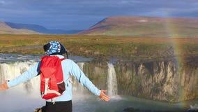 El turista de la muchacha disfruta de la vista de la cascada de Godafoss metrajes