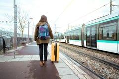 El turista de la muchacha espera el tren Fotografía de archivo libre de regalías