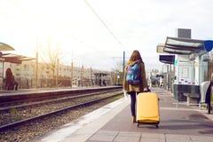 El turista de la muchacha espera el tren Imágenes de archivo libres de regalías