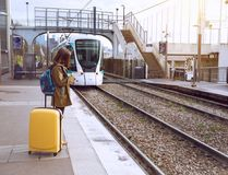El turista de la muchacha espera el tren Fotos de archivo libres de regalías