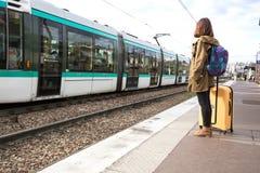 El turista de la muchacha espera el tren Imagen de archivo