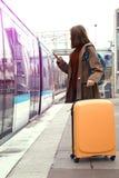 El turista de la muchacha espera el tren Imagen de archivo libre de regalías