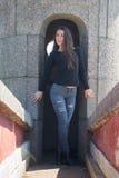 El turista de la muchacha que se coloca en la entrada para empedrar la torre Imagenes de archivo