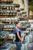El turista de la mujer admira a Wat Pho Temple Bangkok Thailand fotos de archivo