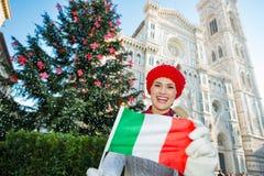El turista de la mujer con la bandera italiana en la Navidad adornó Florencia Fotos de archivo libres de regalías