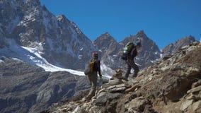 El turista de las muchachas va en el rastro en el Himalaya metrajes