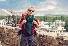El turista del Backpacker llega en el settelment del tibetano de la montaña Foto de archivo libre de regalías