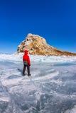 El turista del hombre se está colocando en los corazones de la roca en el hielo azul del LAK Imágenes de archivo libres de regalías