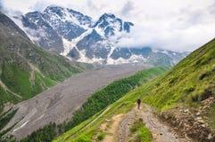 El turista desciende el camino de la montaña en la garganta fotografía de archivo libre de regalías