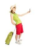 El turista divertido de la muchacha con la maleta verde hace la foto imágenes de archivo libres de regalías