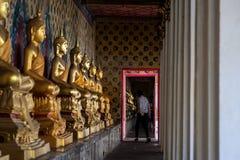 El turista en el templo, Bangkok Fotografía de archivo