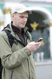 El turista envía SMS en St Petersburg Imagen de archivo