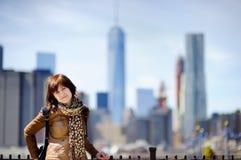 El turista femenino disfruta de la visión panorámica con los rascacielos de Manhattan en Nueva York, los E.E.U.U. Imagen de archivo