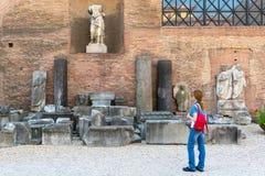 El turista femenino joven mira las ruinas de los baños de Diocleti Foto de archivo libre de regalías