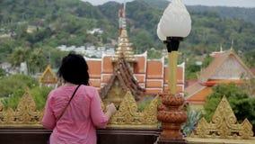 El turista femenino moreno está observando paisajes asiáticos fascinantes en el punto de vista almacen de video