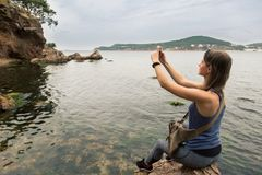 El turista femenino toma la foto con el teléfono celular Imagen de archivo libre de regalías