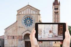 el turista fotografía a Basilica di San Zeno en Verona Fotografía de archivo