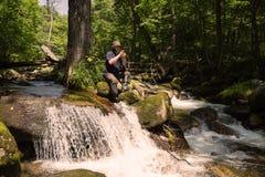 El turista fotografía el paisaje del río de la cámara Imagen de archivo libre de regalías