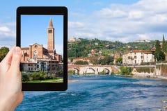 El turista fotografía la iglesia en la ciudad de Verona Fotos de archivo libres de regalías