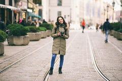 El turista hermoso de la mujer joven con el pelo largo se coloca en el fondo de la calle central en la ciudad de Munich en Aleman Imagen de archivo libre de regalías