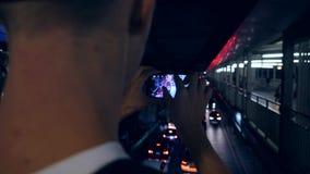 El turista joven del inconformista toma la imagen en tráfico de coche de la ciudad de Bangkok de la noche, Tailandia de Smartphon almacen de metraje de vídeo