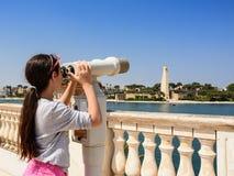 El turista joven observa la costa de Brindisi con los prismáticos foto de archivo libre de regalías