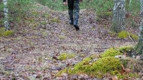 El turista joven se vistió en alzas militares lejos, a través de bosque almacen de video