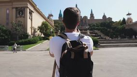 El turista masculino está tomando la foto del museo de arte nacional de Cataluña en día soleado almacen de video
