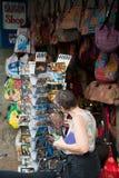El turista mira las postales, Saigon Fotografía de archivo libre de regalías