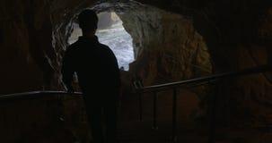 El turista que admira la belleza del mar excava en Rosh Hanikra metrajes