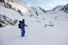 El turista se coloca en las montañas de los altai del valle imagenes de archivo