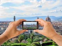 El turista soporta el móvil de la cámara en Florencia fotografía de archivo libre de regalías