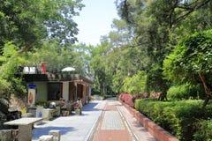 El turista tiene un resto en el parque del ferrocarril, adobe rgb Imagen de archivo