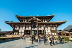 El turista va al templo Pasillo de Todaiji para la adoración gran Buda el día de fiesta en Nara, Japón Foto de archivo libre de regalías