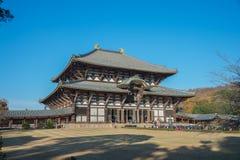 El turista va al templo Pasillo de Todaiji para la adoración gran Buda el día de fiesta en Nara, Japón Fotos de archivo