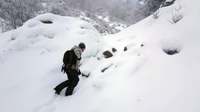 El turista va en nieve almacen de video