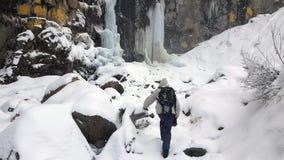 El turista va en nieve almacen de metraje de vídeo
