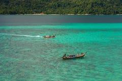 El turista va a la playa de la salida del sol de Koh Lipe en barco del longtail Fotos de archivo libres de regalías