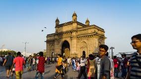 El turista viene a visitar la entrada de la India y a tomar la foto almacen de metraje de vídeo