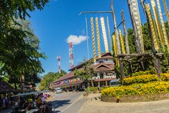 El turista visitó el chalet real de Doi Tung con la tribu tailandesa septentrional tradicional hermosa que las banderas están col Fotografía de archivo