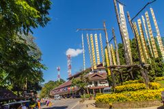 El turista visitó el chalet real de Doi Tung con la tribu tailandesa septentrional tradicional hermosa que las banderas están col Imágenes de archivo libres de regalías