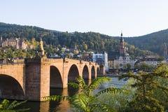 El turista y el lugar histórico, hermoso en la ciudad vieja de Heidelberg en Alemania verano del año imagen de archivo